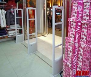 Cổng an ninh shop thời trang.