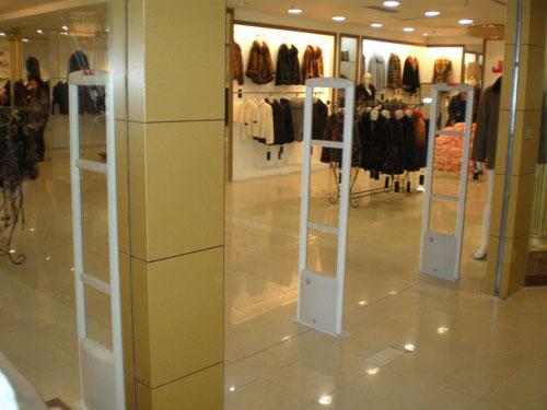 Cổng an ninh shop thời trang